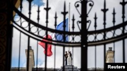 На Елисейском дворце в Париже в знак траура приспущен государственный флаг
