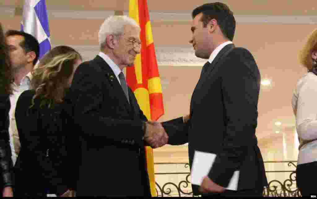 МАКЕДОНИЈА - Премиерот Зоран Заев и градоначалникот на Солун, Јанис Бутарис, во Скопје. Доколку соработката меѓу луѓето во Македонија и Грција е добра, тогаш може да се решат многу прашања, како што е и спорот за името. Политичарите во двете земји можат да излезат како победници ако го решат спорот, истакаа Заев и Бутарис по нивната средба.