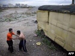 Мигранты из Таджикистана после трудового дня. Москва, сентябрь 2009 года.