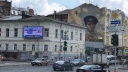 """Предвыборный плакат """"Оппозиционного блока"""" Геннадия Кернеса соседствует с граффити со сценой из советского фильма """"В бой идут одни старики"""""""