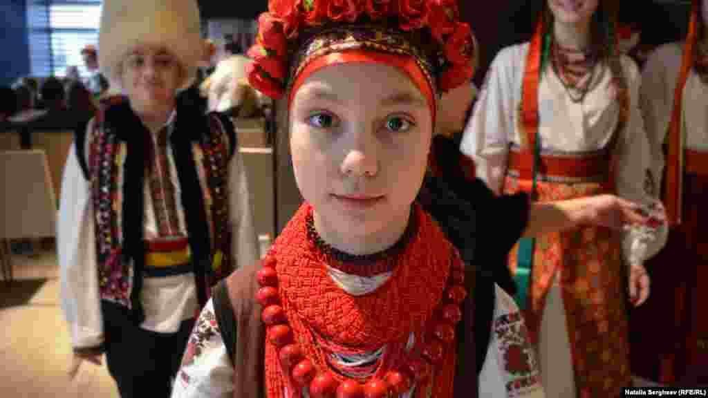 Fiica regizorului, Sofia, în port tradițional din nordul Ucrainei