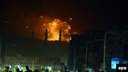 كتلة من نار ودخان إثر قصف طائرات سعودية في صنعاء