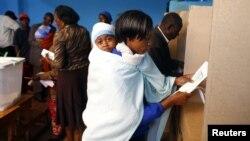 Женщина с ребенком голосует. Гатунду, 4 марта 2013 года.