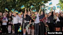 Иллюстрационное фото. Линейка в честь дня знаний в Кременной, Луганская область, 1 сентября 2016 года