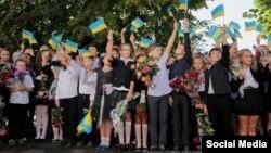 Иллюстрационное фото. Ученики школы в городе Кременная, Луганская область, 1 сентября 2016 года