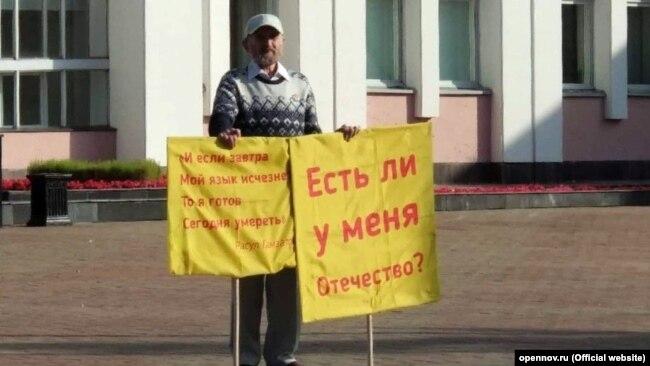 Albert Razin picketing outside the regional legislature in Izhevsk on the day he died.