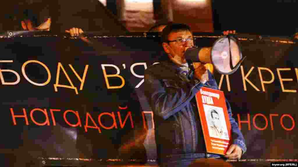 Это – брат Владимира Дудки, Петр Дудка. Во время своего выступления, он подчеркнул: «в данный момент, мы искренне надеемся, что власть обозначит ответственных за освобождение наших родных и близких». Брат Петра Дудки, Владимир – один из фигурантов «дела украинских диверсантов» был приговорен к 14 годам колонии строгого режима