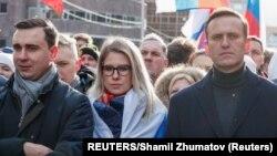 Jobbról balra: Navalnij, az ügyvédje, Ljubov Sobol és az alapítvány vezetője, Ivan Zsdanov