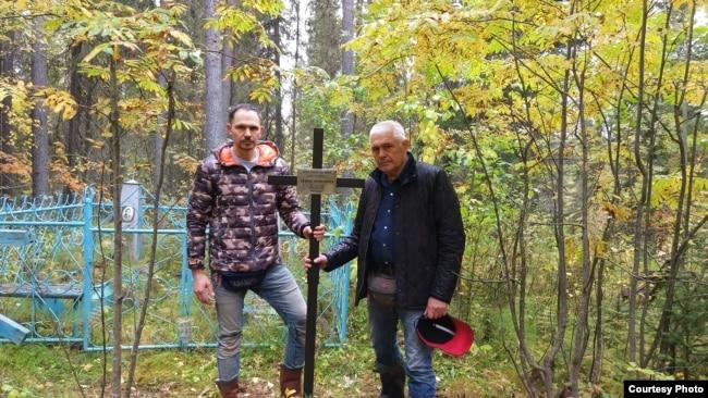 Алексей и Евгений Зудерманы установили памятник знак Аверту, Коми