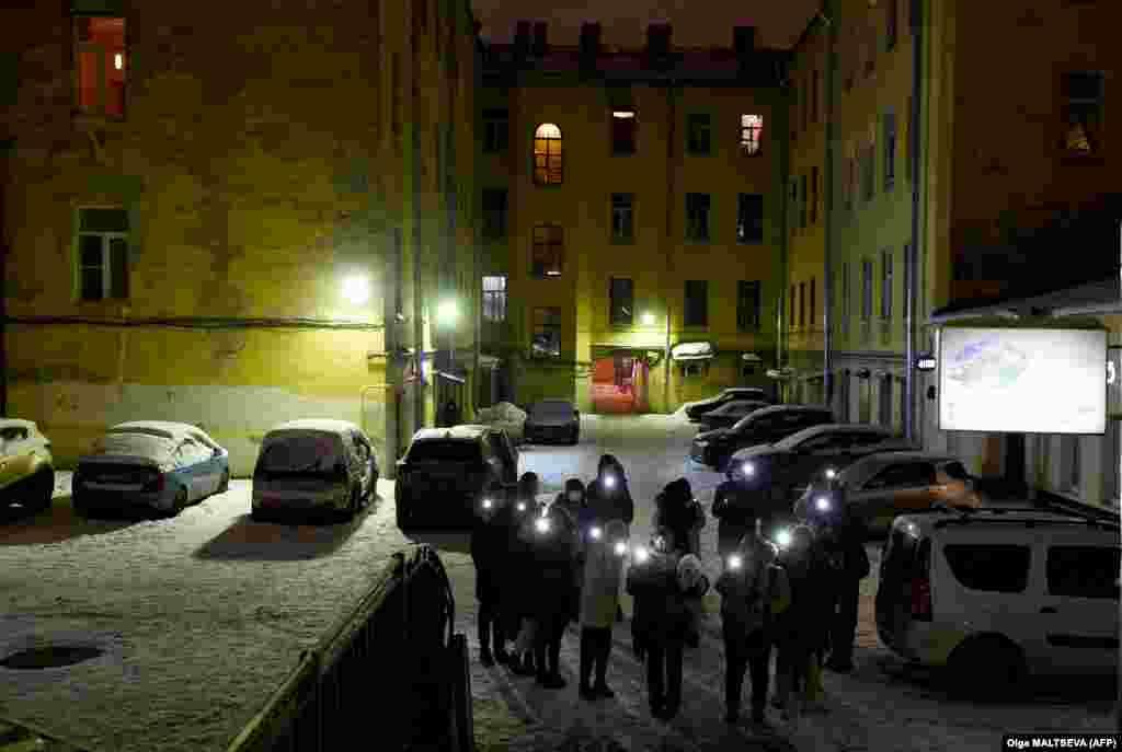 Други от жителите на Санкт Петербург се събраха във вътрешните дворове между жилищните сгради.