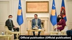 Kryeministri i Kosovës, Albin Kurti, kryeparlamentari Glauk Konjufca dhe presidentja Vjosa Osmani. Fotografi nga arkivi.