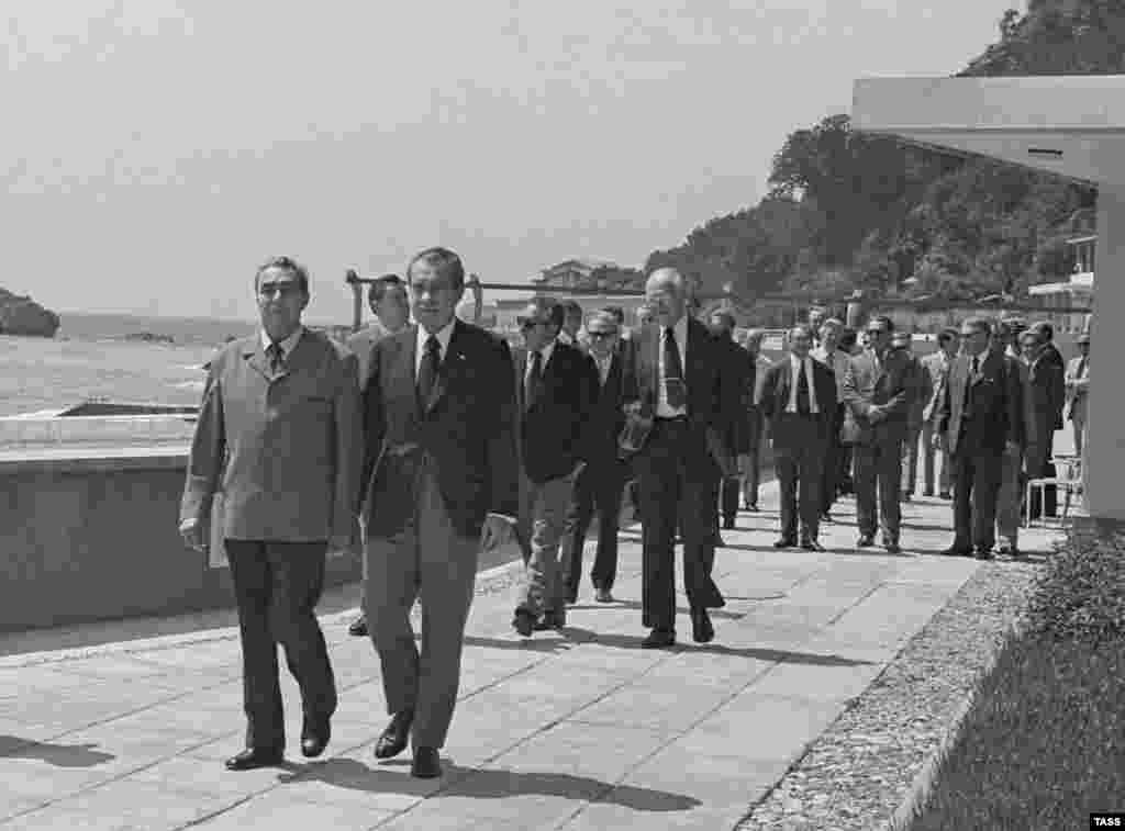 Никсон прилетел в Крым из Москвы, проживал на правительственной даче «Глициния» с 29 июня по 2 июля 1974 года. На этом фото Брежнев и Никсон (справа) гуляют по Ореанде
