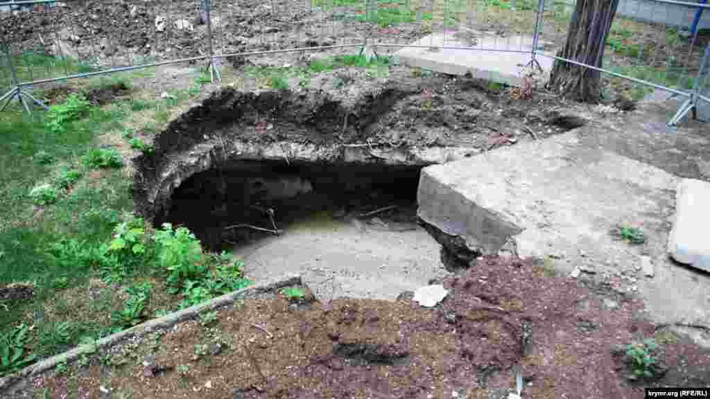 У парку біля вежі святого Костянтина утворився провал ґрунту, з яким місцева російська влада ще нічого не зробила