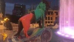 Шарената револуција упадна во фонтаната под Воинот на коњ