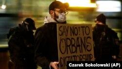 POLONIA, 30 noiembrie 2020 - Un bărbat protestează împotriva politicilor prim-ministrului ungar Viktor Orban, cu ocazia întâlnirii lui Orban cu Premierul polonez Mateusz Morawiecki.