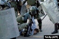 Беларусь полиция жасағы оппозиция наразылығы кезінде шерушіні ұстап жатыр. Минск, 23 қыркүйек 2020 жыл.