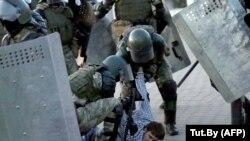 بلاروس، نیروهای امنیتی در حال دستگیری معترضین