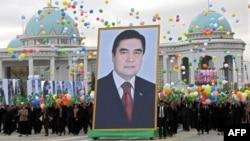 Türkmenistanyň prezidenti G.Berdimuhamedowyň suratyny tutup duran çäreçiler