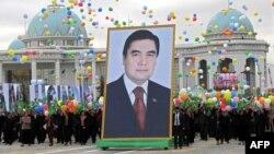 Люди несут портрет президент Туркменистана Гурбангулы Бердымухамедова во время празднования Дня независимости Туркменистана. Ашгабат, 27 октября 2009 года.