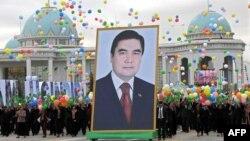 Шествие с портретом президента Гурбангулы Бердымухамедова во время празднования Дня независимости Туркменистана. Ашгабат, 27 октября 2009 года.
