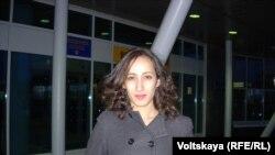 """Голландская активистка """"Гринпис"""" Файза Оулахсен покидает Петербург (27 декабря 2013 года)"""
