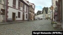 Колись заповнені туристами вулиці Крумлова нині досі напівпорожні