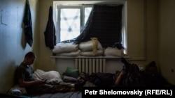 Украинские военнослужащие внутри квартиры. Село Авдеевка в Донецкой области, 9 июня 2015 года.