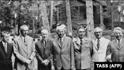 Liderii țărilor membre ale Tratatului de la Varșovia (de la stânga în ordine: Ceaușescu, Gierek, Kadar, Husak, Brejnev, Honecker) în iunie 1973, veniți la invitația lui Leonid Brejnev la Soci, în Crimeea, Ucraina, pe coasta Mării Negre. AFP/TASS