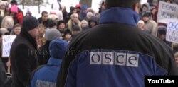 Мітинг проти ОБСЄ у Донецьку, лютий 2017 року. Скрін відео YouTube-каналу так званого Міністерства інформації угруповання «ДНР»