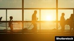 Силуэты пассажиров в аэропорту. Иллюстративное фото