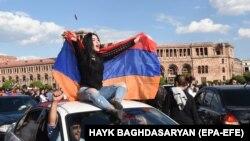 Люди святкують відставку прем'єра Вірменії Сержа Сарґсяна в центрі Єревану, 23 квітня 2018 року