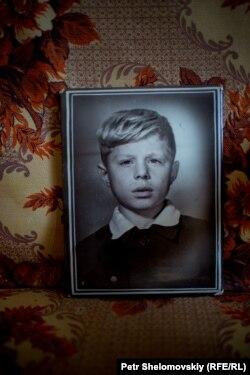 На обороте одной из фотографий указано имя и годы жизни бывшего хозяина квартиры: Александр Сергеевич Новиков, 1958-1986 гг.