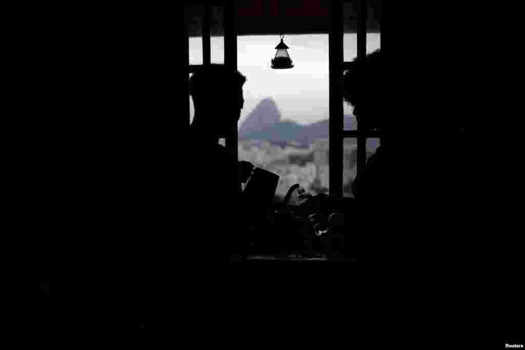 Первые фавелы в Рио появились еще в 1890-х годах. Но по-настоящему разрастаться они начали в 1970-х. Тогда из-за бурного роста экономики и промышленности население мегаполисов росло в разы быстрее, чем количество домов.