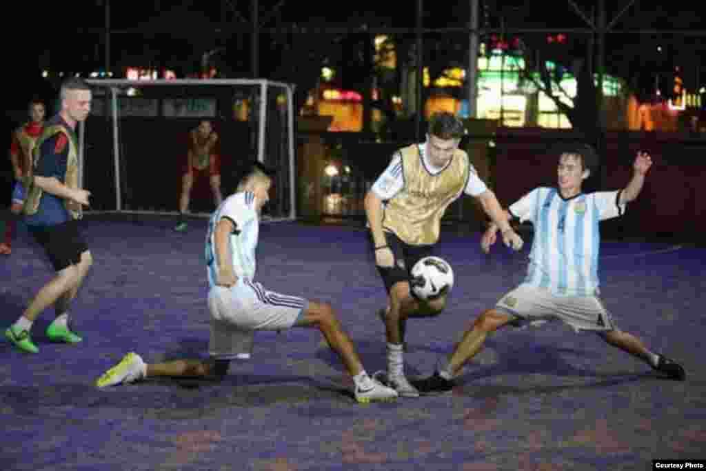 Я играл в Китае в мини-футбол и зарабатывал. К сожалению, я получил травму и сейчас нахожусь на родине.Автор: Камчыбек Ашимбаев
