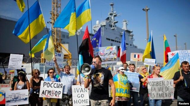 Демонстрація протесту біля місця швартування вертольотоносця «Містраль»