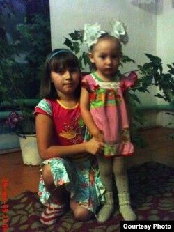 Светлана Яковлеваның кызлары Оксана һәм Женя асрамага алынган гаиләдә