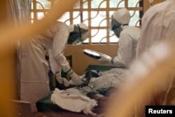 Госпиталь в Либерии. Один из врачей на фото - Кент Брэнтли, позднее заболевший сам, но спасенный на родине, в США