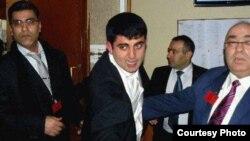 Франция – организаторы мероприятия, посвященного 25-летней годовщине Сумгаитских погромов, призывают в порядку азербайджанца. Фотография - Nouvelles d'Armenie