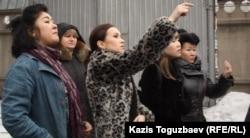 Группа сторонников Игоря Винявского около тюрьмы КНБ. Алматы, 10 марта 2012 года.