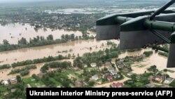 За даними рятувальників,на заході України внаслідок сильних злив протягом 22 і 23 червня були підтоплені майже 300 населених пунктів. Стихія забрала життя трьох людей
