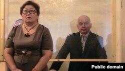 Оппозициялық саясаткер Владимир Козлов (оң жақта) пен адвокаты Венера Сәрсембина сот үкімін тыңдап тұр. Ақтау, 8 қазан 2012 жыл. Twitter әлеуметтік желісіндегі сурет.