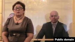 Оппозициялық саясаткер Владимир Козлов (оң жақта) пен оның адвокаты Венера Сәрсембина үкімді естіп тұр. Ақтау, 8 қазан 2012 жыл.