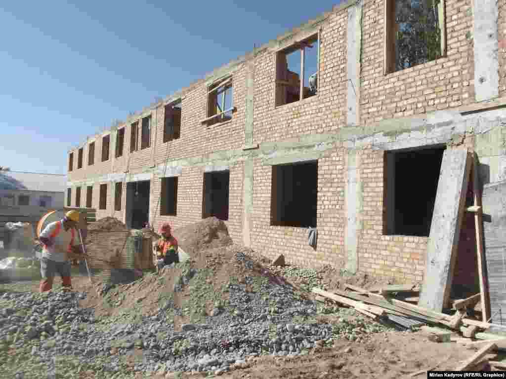 Новую школу планируют сдать 1 ноября этого года.