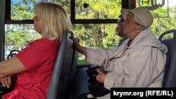 У севастопольському громадському транспорті майже всі пасажири без захисних масок