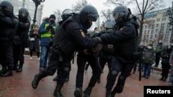 Апсење на протестите за ослободување на опозицискиот политичар Алексеј Навални