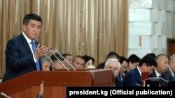 Сооронбай Жээнбеков во время выступления в парламенте.