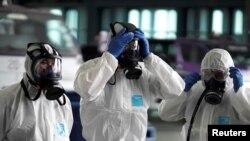 Članovi posade Thai Airways čekaju dezinfekciju kabine