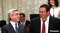 Прэзыдэнт Армэніі Серж Саргсян (зьлева) і Гагік Царукян. Архіўнае фота.