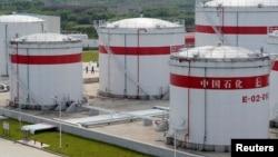 Нефтехранилища на заводе в Китае. Май 2009 года.