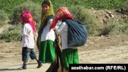 Дети несут сумки с собранным на поле хлопком. Лебапская область Туркменистана.